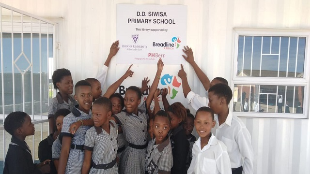 D.D. Siwisa Primary School learners in front of their new library