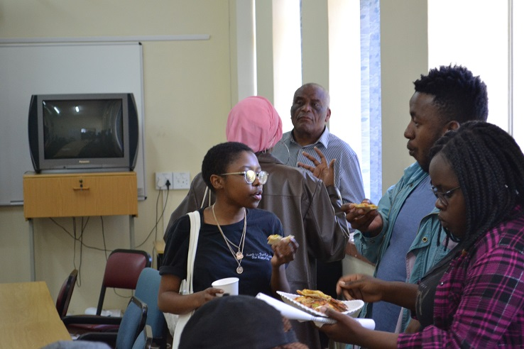 SPI Director engaging with prospective PDMM students as they enjoy the pizza!
